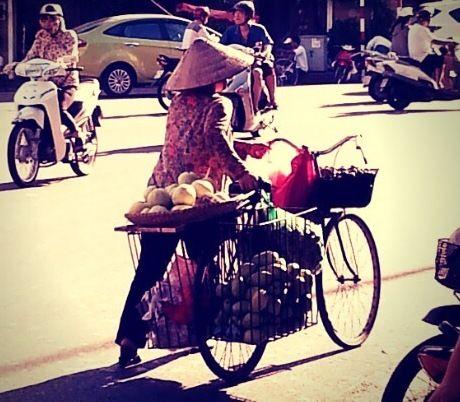 hanoi woman cycle